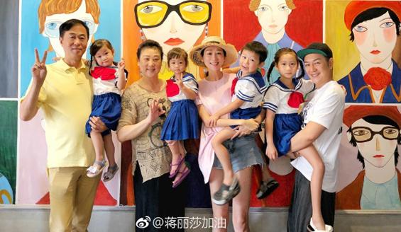 Tưởng Lệ Toa - bà xã tài tử Trần Hạo Dân hôm 10/7 đăng tải trên Weibo đoạn chia sẻ: 8 năm đồng ý yêu anh, 7 năm chung sống nghĩa vợ chồng, thời gian trôi đi thật nhanh chóng. Con cái dần lớn lên, nhưng chúng ta chẳng thay đổi gì. Ngoài ra, cô chia sẻ bức ảnh cả gia đình bên nhau, rạng rỡ hạnh phúc.