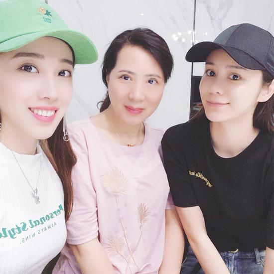 Hinh Nguyệt (ngoài cùng bên phải) và mẹ (giữa).