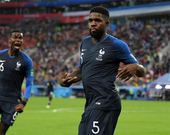 Sau khi ghi bàn, Umtiti tiến về góc sân vừa đi vừa lắc hông, vung tay rất dẻo.