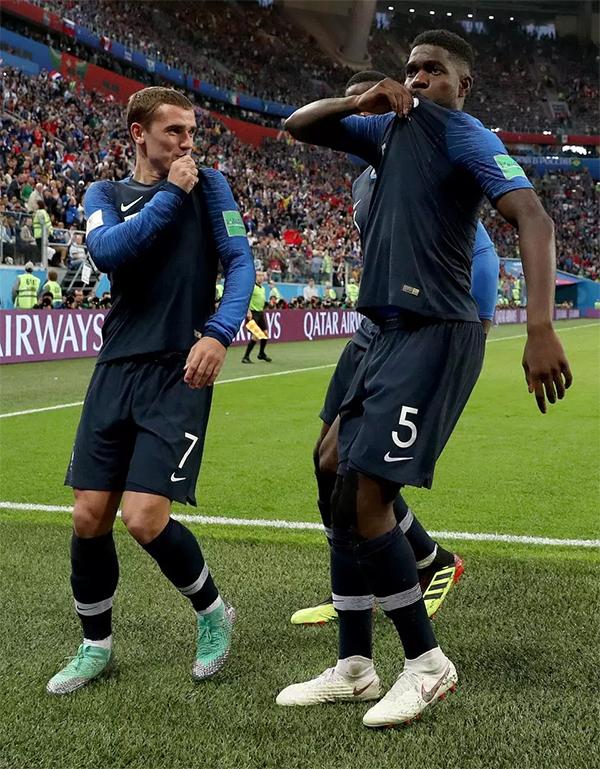 Màn ăn mừng của trung vệ tuyển Pháp ngay lập tức gây sốt trên mạng xã hội. Nhiều người đánh giá đây là màn ăn mừng ấn tượng nhất của World Cup 2018. Họ nên tạm ngừng chiếu trận đấu để phát lại màn ăn mừng của Umtiti ở nhiều góc quay khác nhau, tài khoản Twitter Ryan Rosenblatt bình luận. Đây chính là dáng đi kiểu Pháp, nickname Nahid nhận xét.
