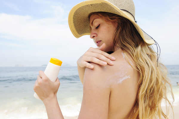 Kem chống nắngĐừng quên mang theo kem chống nắng cho da mặt và toàn thân để bảo vệ làn da tốt nhất. Ngoài ra, nên mang theo mũ rộng vành, kính râm khi đi du lịch biển hay các miền nhiệt đới.