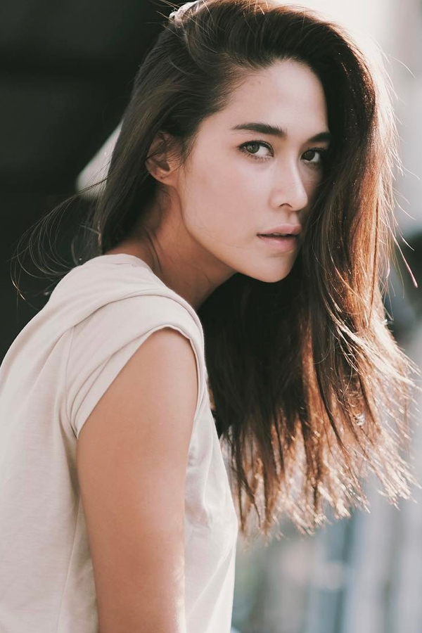 Wannarot Sonthichai thường được khán giả biết đến với nghệ danh Vill sinh năm 1989 tại Bangkok, Thái Lan. Từ nhỏ, cô đã được cha mẹ cho theo học khiêu vũ, múa, piano. Ngoài tiếng Thái, Vill có thể nói thành thạo cả tiếng Nhật và tiếng Hàn. Năm 2008, cô ra mắt khán giả với bộ phim đình đám Đêm định mệnh phát sóng trên kênh CH5. Với thành công của tác phẩm trên, tên tuổi mỹ nhân nổi như cồn ở Thái Lan, Vill bắt đầu nhận được nhiều dự án phim ảnh. Cô bỏ túi gần 50 bộ phim và giành giải Nữ diễn viên xuất sắc tại Lễ trao giải Komchadleuk. Bên cạnh sự nghiệp thành công, chuyện tình yêu của Vill cũng tốn không ít giấy mực của báo chí. Sau 3 năm hẹn hò với Nong Thana, người đẹp bất ngờ tuyên bố hai người đã đường ai nấy đi trong sự bất ngờ của khán giả. Hiện tại, Vill và người bạn diễn Son Yuke được người hâm mộ tích cực gán ghép sau khi tài tử thừa nhận đã yêu thầm cô nhiều năm nay.