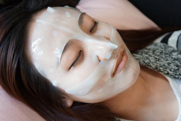 Mặt nạ miếng cho da mặtMang theo vài miếng mặt nạ không làm tốn nhiều diện tích trong hành lý mà còn giúp làn da phục hồi nhanh chóng hơn. Đây cũng là liệu pháp dưỡng da hiệu quả nếu như bạn không thể mang đầy đủ các sản phẩm dưỡng da theo quy trình.