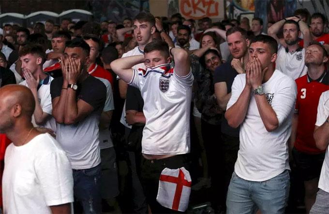 Người dân khắp nước Anh đổ ra các địa điểm cổ vũ cho đội nhà...