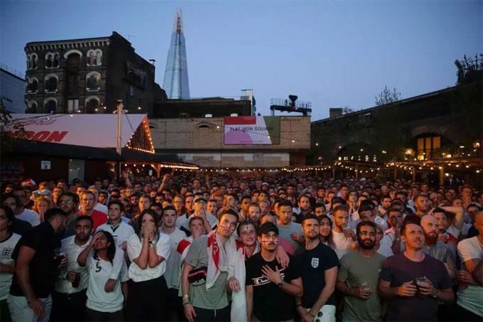 ... nhưng không khí buồn bã bao trùm sau khi trận đấu kết thúc. Trong ảnh là một địa điểm xem World Cup ở trung tâm London.