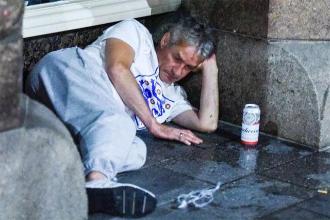 Một CĐV ở Liverpool tìm chỗ nghỉ ngơi sau trận đấu.