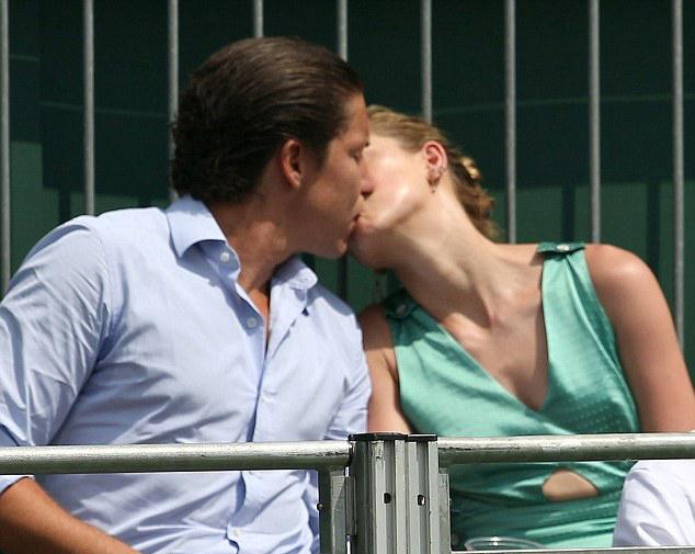 Amber Heard hôn bạn trai mới đắm đuối khi đi xem Wimbledon - ảnh 2
