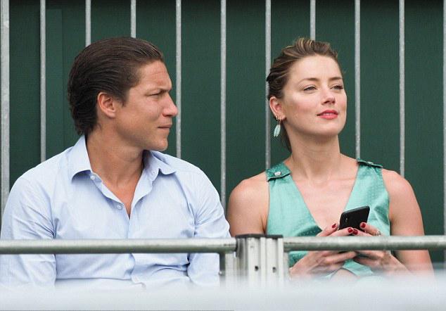Amber Heard hôn bạn trai mới đắm đuối khi đi xem Wimbledon - ảnh 3