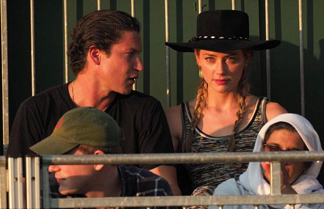 Amber Heard hôn bạn trai mới đắm đuối khi đi xem Wimbledon - ảnh 7