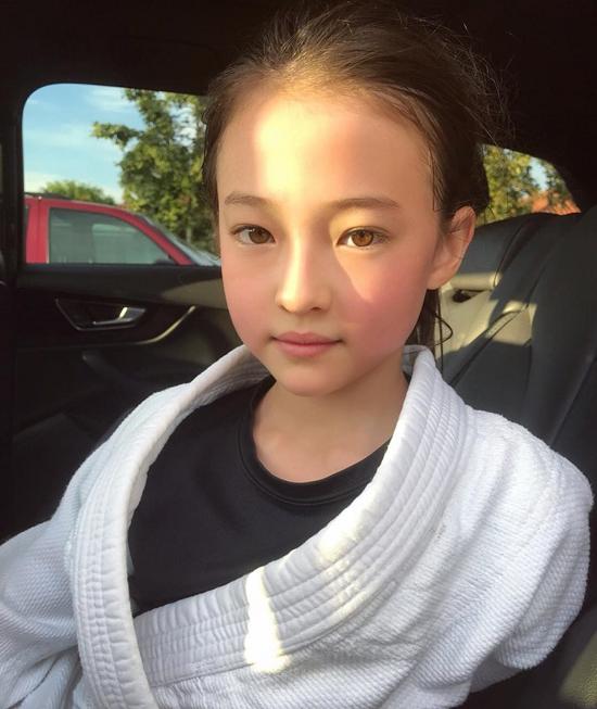 Hình ảnh đời thường của búp bê lai Ella Gross - 2