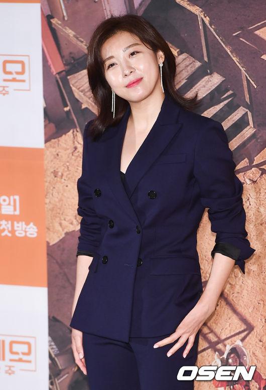 Ha Ji Won mặt không một nếp nhăn ở tuổi 40 - ảnh 3