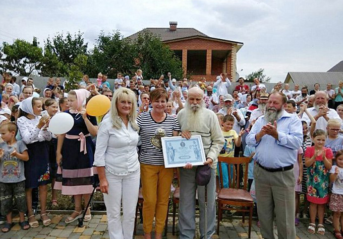 Ông Pavel Semenyuk nhận chứng nhận gia đình đông con cháu nhất Ukraine. Ảnh: CEN.