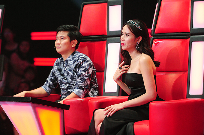 Vo chong Ho Hoai Anh tro lai ghe nong The Voice Kids