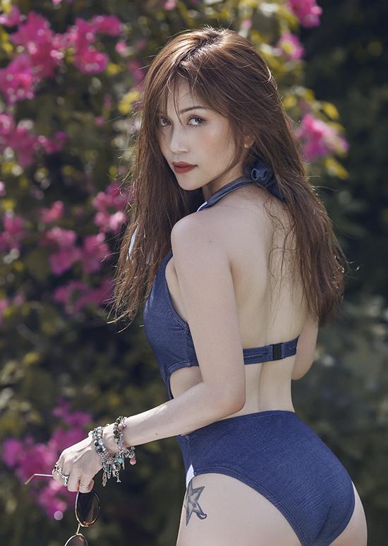 Áo tắm liền thân được bố trí nhiều đường cắt khoét táo bạo giúp người mặc tôn nét sexy.