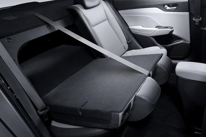 Trong khi đó, ở hàng ghế thứ haihành khách có chiều cao trung bình 1m70 vẫn cảm nhận được độ thoải mái với khoảng để chân, phần tựa lưng có góc ngã phù hợp. Hàng ghế này khi không dùng đến có thể gập lại theo tỷlệ 60:40 để gia tăng không gian chứa đồ. Tuy vậy hạn chế của hàng ghế này là không có bệ tì tay ở giữa khiến những chuyến đi dài sẽ trở nên đôi chút bất tiện với người ngồi sau, song đây không phải vấn đề lớn.