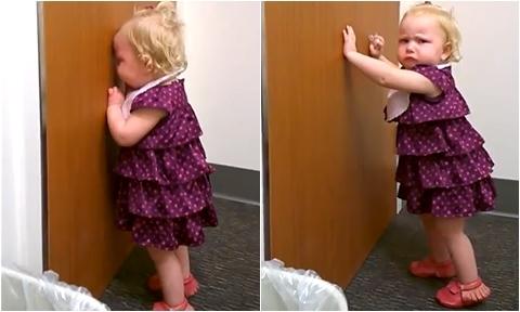 Bé gái ngậm tẩu khóc thét ở phòng hộ sinh vì mẹ đẻ em bé