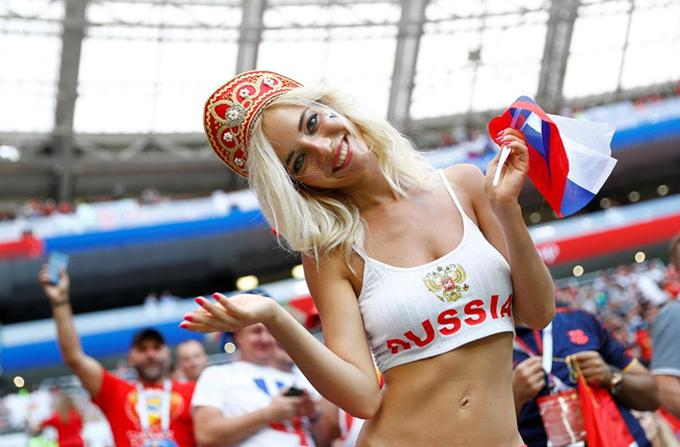 Natalya Nemchinova - fan nữ hot nhất của đội chủ nhà Nga bị nhiều người cho là một diễn viên phim sexsau khi gây sốt trong những trận đầu tiên của tuyển Nga ở vòng bảng. Tuy nhiên, cô sau đó lên tiếng phủ nhận điều này.