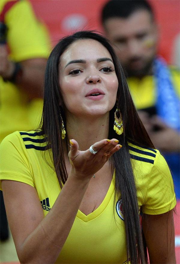Fan nữ Colombia gửi nụ hôn gió trên khán đài trong trận đấu với Anh ở vòng 16 đội.