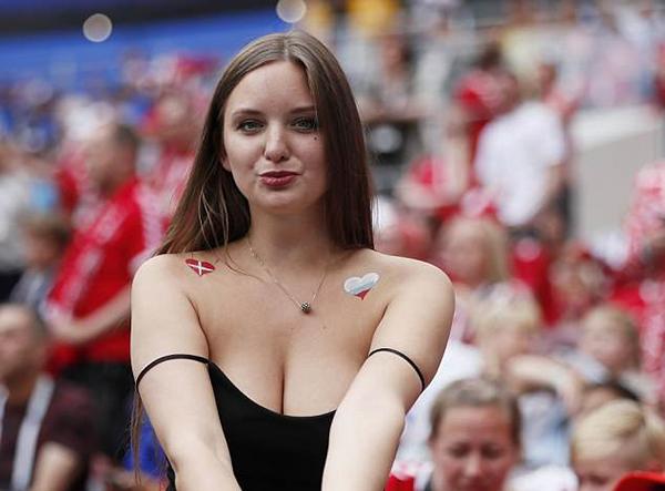 Fan nữ Đan Mạch mặc váy hai dây trễ nải khoe ngực sexy trong trận đấu với Pháp ở vòng bảng.