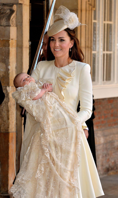 Hoàng tử George và mẹ ton sur ton trong lễ rửa tội năm 2013. Ảnh: AP.