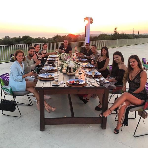Ronaldo nâng ly cùng gia đình và bạn bè trong bữa tiệc tại Hy Lạp. Ảnh: Instagram.