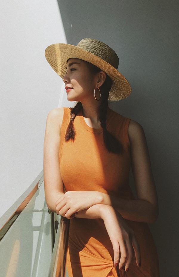 Thanh Hằng xây dựng hình ảnh của những quý cô cô điển với váy sát nách đi cùng mũ cói.
