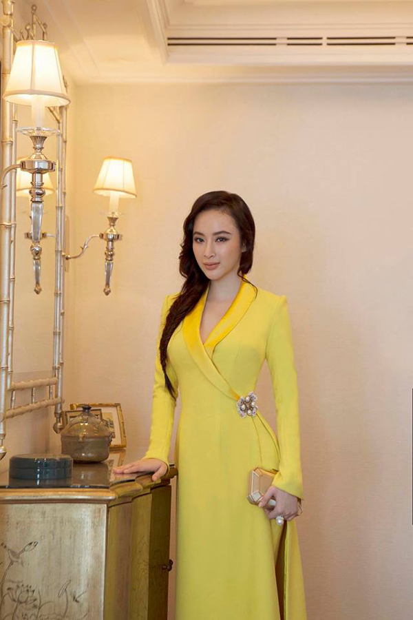 Sắc vàng rực rỡ được nhiều nhà thiết kế đưa vào bộ sưu tập mới của mình. Angela thanh lịch và sang trọng cùng áo dài cách tân của Công Trí.