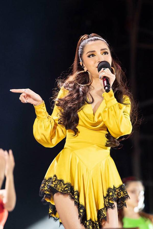 Bích Phương nổi bật trên sân khấu nhờ thiết kế váy lụa vàng đi kèm hoạ tiết ren đen.