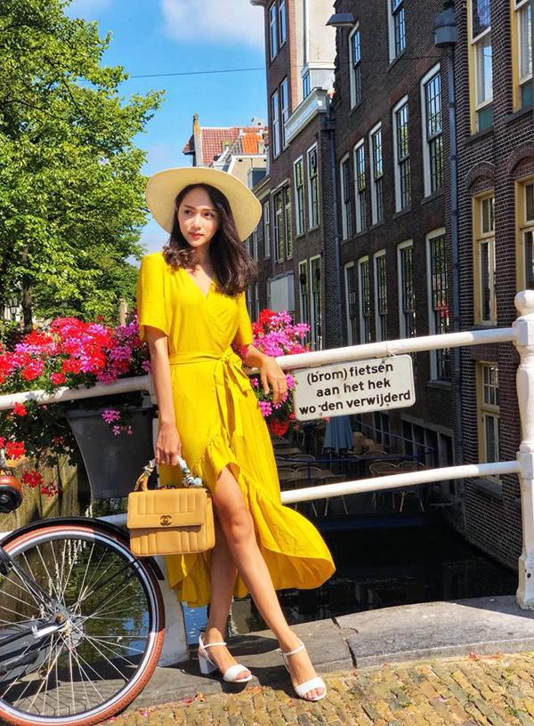 Hoa hậu chuyển giới Hương Giang với hình ảnh bay bổng, nhẹ nhàng khi phối váy vạt quấn hot trend đi cùng sandanl, mũ fedora và túi Chanel.