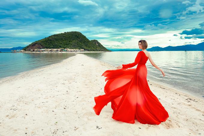 Dáng váy nhiều tà và chiết eo cao cũng là một gợi ý cho phái đẹp nhằm tạovóc dáng thanh thoát, mảnh mai.