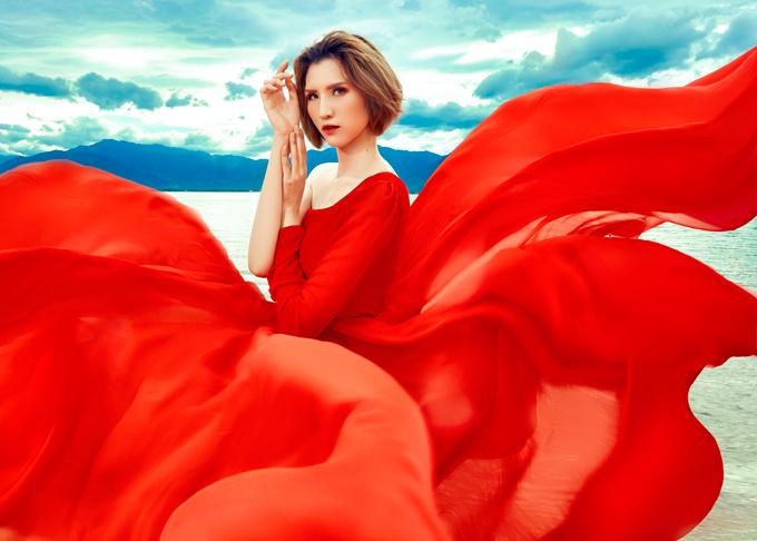 Gió tháng 6 - khoảng thời gian lý tưởng nhất để du lịch tới đảoĐiệp Sơn, đã khiến cho những tà váy tung bay ảo diệu, tựa như những cánh hoa bung nở rạng rỡ.