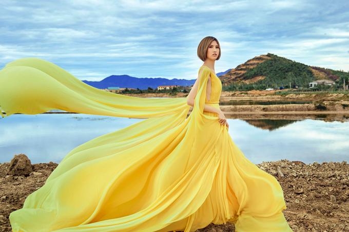 Bộ ảnh được thực hiện với sự hỗ trợ của trang phục NTK Victoria Hoàng Ny, makeup Võ Đăng.
