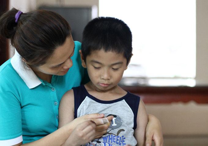 Bé Hải sà vào lòng mẹ Hiền khi vừa đi học về.