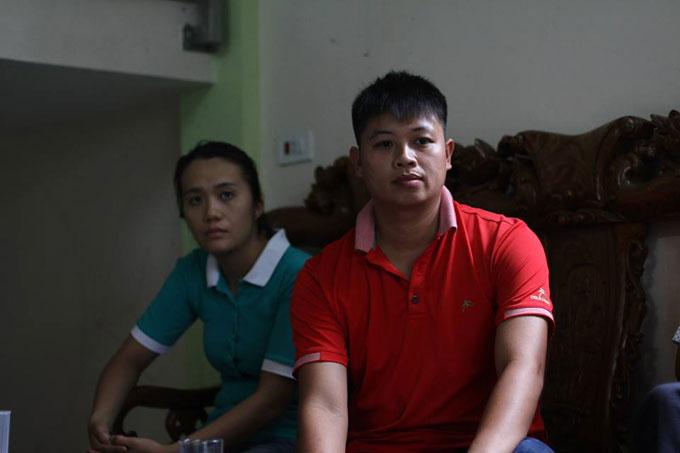 Vợ chồng anh Sơn, chị Hiền mệt mỏi khi phải chờ đợi quá lâu vẫn chưa được đoàn tụ cùng con đẻ.