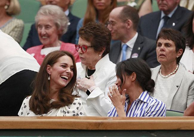 Kate cười tươi hết cỡ khi trò chuyện cùng em dâu. Ảnh: AP.