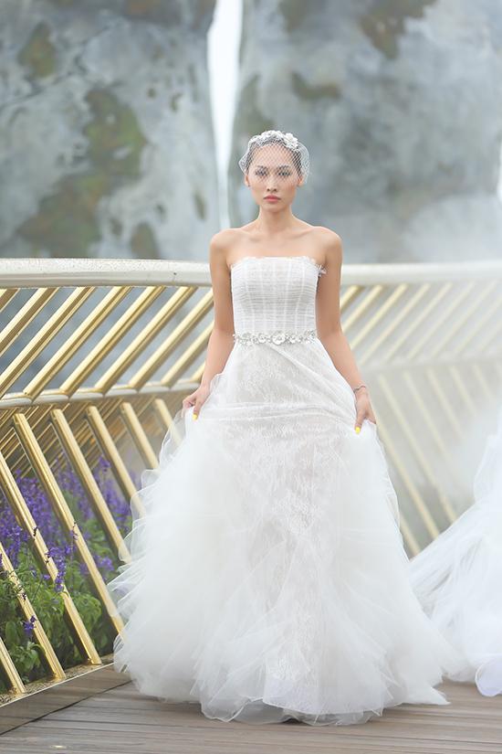 Bộ sưu tập gồm 35 mẫu thiết kế hoàn toàn trên gam màu trắng tinh khôi. Đây là món quà Chung Thanh Phong dành riêng dành cho các cô dâu của anh trong mùa cưới Fre - Fall 2018.