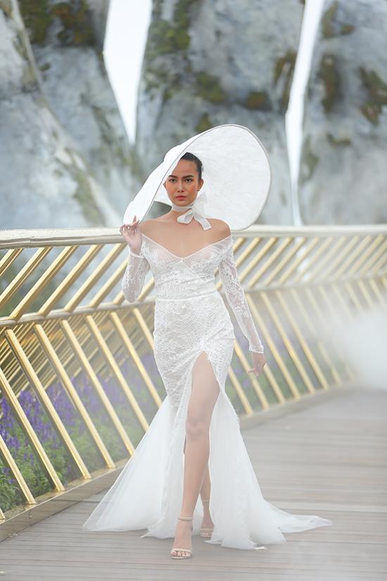 Váy cưới cho mùa thu đượctận dụng phom dáng đơn giản và sắc trắng căn bản nhất để khai thác vẻ đẹp của hoạ tiết và chất liệu.