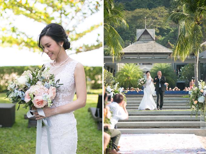 Cô dâu được cha dắt vào lễ đường. Christy diện bộ váy ren xuyên thấu dáng trumpet với đường xẻ từ ngang đùi để dễ di chuyển. Trong ngày cưới, cô cầm bó hoa kết từ hồng tươi và cẩm tú cầu.