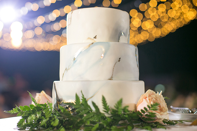 Bánh cưới ba tầng của uyên ương khá đơn giản với tông màu trắng chủ đạo và được tô điểm bởi hoa hồng.