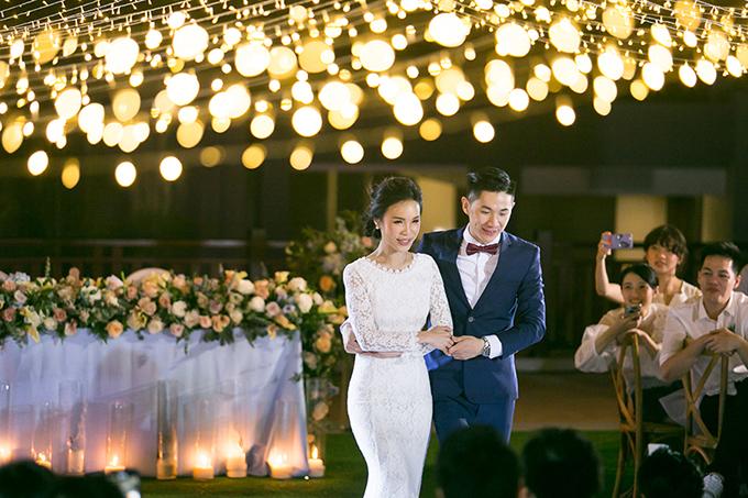 Cô dâu diện váy ren dài tay còn chú rể mặc bộ vest màu xanh navy cho tiệc cưới buổi tối. Họ đã để lại ấn tượng khó phai cho khách mời về hôn lễ sang trọng, tinh tế.