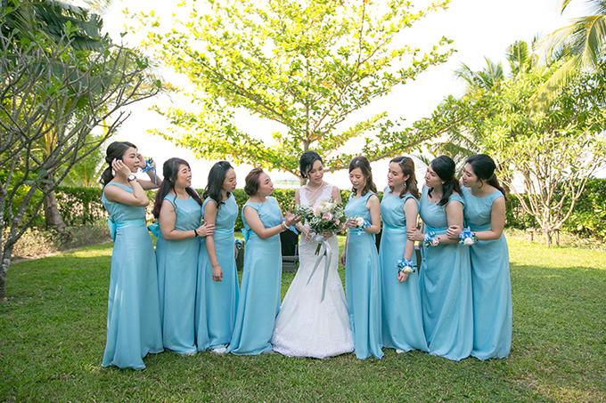 Dàn phù dâu diện váy trơn, không tay, không họa tiết với tông màu xanh baby. Xu hướng tổ chức tiệc cưới mang gam màu này sẽ mang đến cho bạn không gian sang trọng, hiện đại và ấm áp.