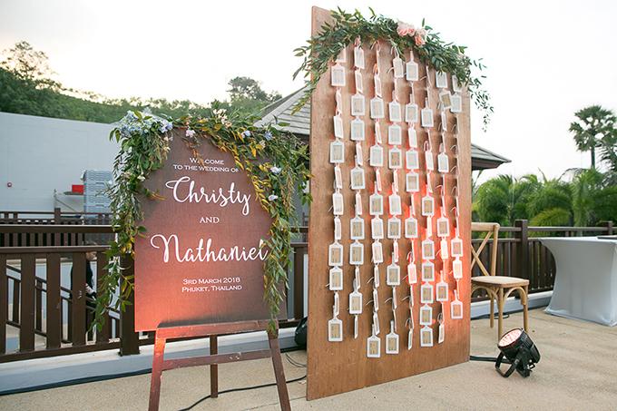 Bảng thông báo vị trí chỗ ngồi của khách mời được đặt tại sảnh tiệc.
