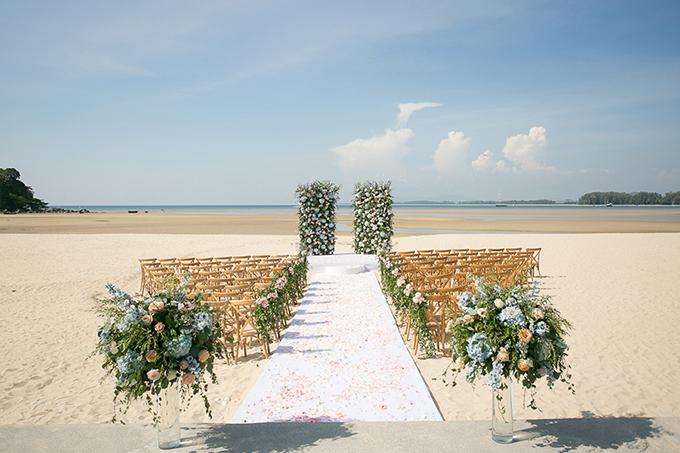 Wedding planner đã kết hợp ghế gỗ màu nâu nhạt cùng các trụ hoa hồng, hoa cẩm tú cầu để tạo nên không gian ấn tượng với khách mời.