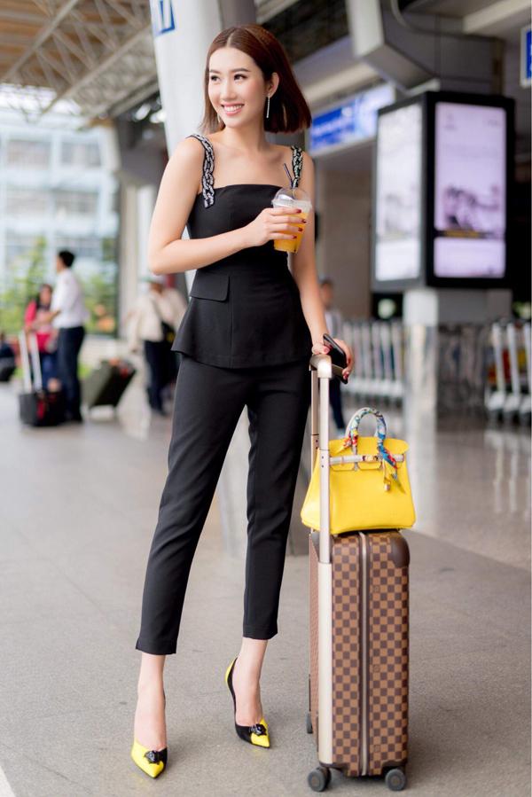 Cô khoe vai trần và mang theo vali, túi xách gam vàng nổi bật. Nhờ vai Hân trong bộ phim truyền hình gây sốt, Thúy Ngân được nhiều khán giả biết đến và đắt show sự kiện hơn.