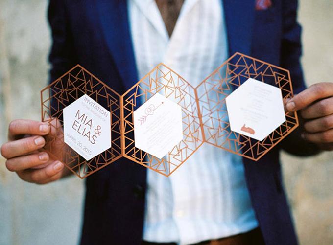 Đôi mới cưới chơi trội bằng tấm thiệp cắt laser hình đa giác. Điều này giúp các vị khách đoán được phần nào chủ đề, phong cáchtrang trí tiệc cướicủa cặp vợ chồng.