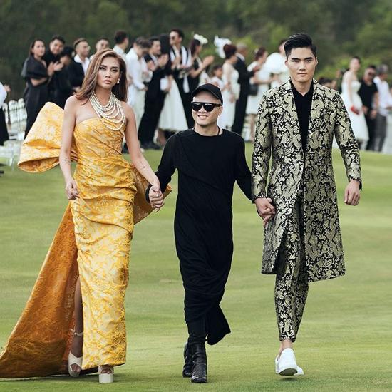 Nhà thiết kế Đỗ Mạnh Cường cùng Võ Hoàng Yến và Quang Hùng trong màn chào kết tại show diễn ở Lăng Cô, Huế.