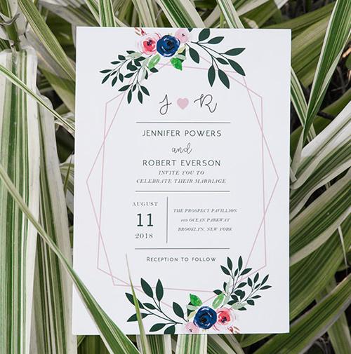 Tấm thiệp được trang trí bởi vòng hoa, nhành cây vẽ bằng màu nước mang vẻ đẹp lãng mạn, nhẹ nhàng. Mỗi loài hoa xuất hiện trong tấm thiệp mang ý nghĩa khác nhau trong tình yêu và hôn nhân.