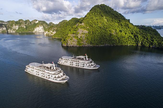 Du thuyền 5 sao trên Vịnh Hạ Long được Lê Thanh Hòa chọn làm địa điểm tổ chức show diễn cho mùa xuân hè năm nay.