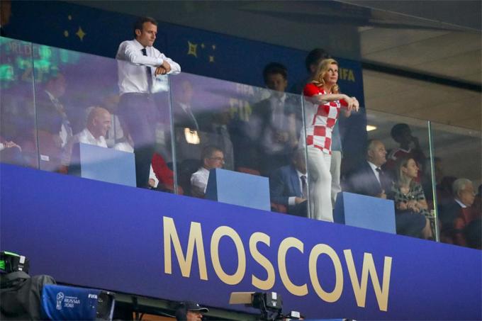 Cùng có mặt trên khán đài còn có Tổng thống Croatia, Kolinda Grabar-Kitarovic. Và cả hai vị tổng thống đều đứng ngồi không yên trong suốt cả trận.