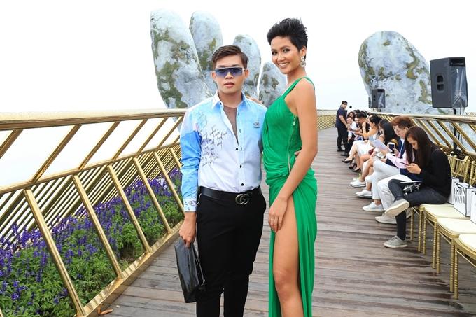 Đăng quang gần nửa năm, Hhen Niê vẫn gây chú ý mỗi khi xuất hiện. Người hâm mộ liên tục động viên, theo dõi từng bước đi của người đẹp.